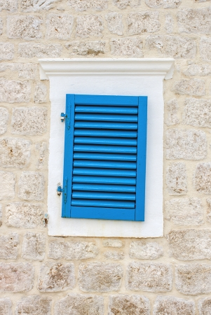 blue window on a stone house Banque d'images
