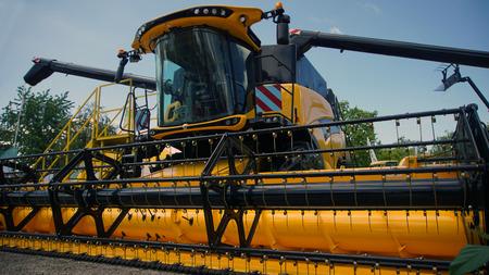 Combined harvester. Agriculture harvest machine against blue skye Banque d'images - 95433858