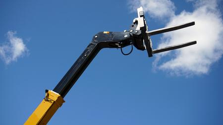 Forklift's head against blue sky Banque d'images - 95522541