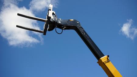 Forklift's head against blue sky Banque d'images - 95512508