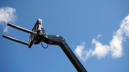 Forklift's head against blue sky Banque d'images - 95919971