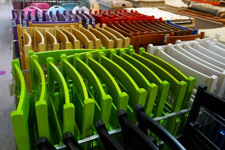 Chaises pliantes colorées colorées dans un magasin Banque d'images - 96202759