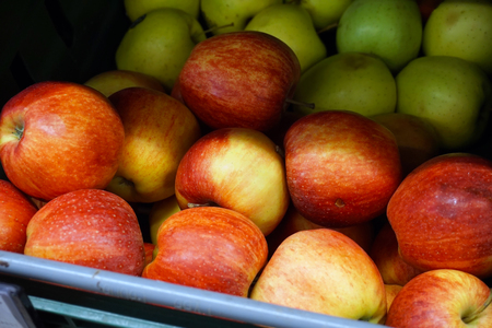 Many apples on the store counter, fruit vitamins Banque d'images - 96225306
