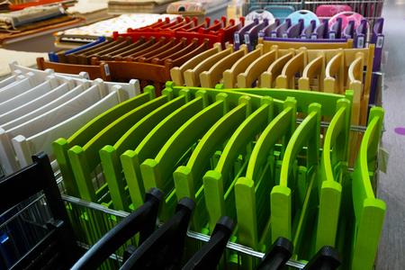 Chaises pliantes colorées colorées dans un magasin Banque d'images - 96236331