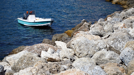 Small white boat on the sea Banque d'images