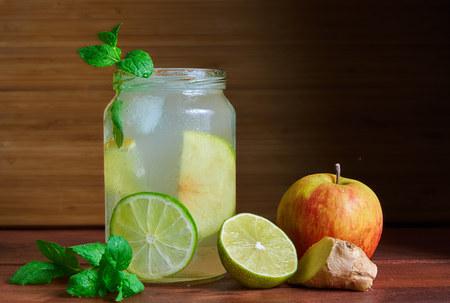 Koude zelfgemaakte energy drink switchel in een mason jar