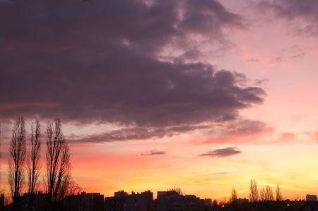 skyscape: Skyscape con silueta de la ciudad al amanecer  Foto de archivo