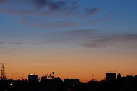 skyscape: Skyscape ciudad con silueta en la madrugada  Foto de archivo