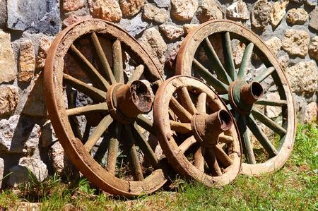 mediodía: Abandonados antiguo ruedas de madera al mediod�a