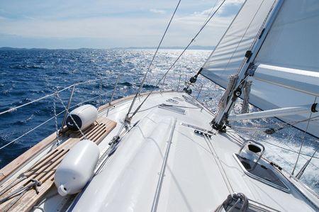 yachts: Navigando verso il sole su un tardo inverno giorno