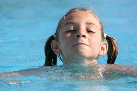 Girl swimming in the pool Stockfoto