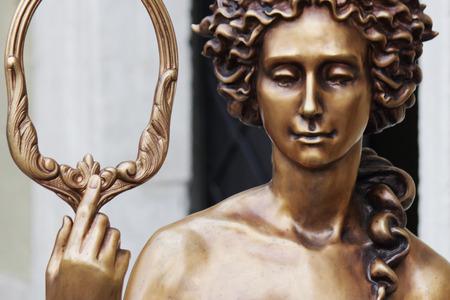 afrodita: La diosa del amor en la mitolog�a griega, Afrodita (Venus en la mitolog�a romana). Afrodita es uno de los 12 dioses supremos del Olimpo, diosa de la belleza y el amor, la madre de Eros, la reina de las ninfas y las gracias. Afrodita es la hija de Zeus y Dione O