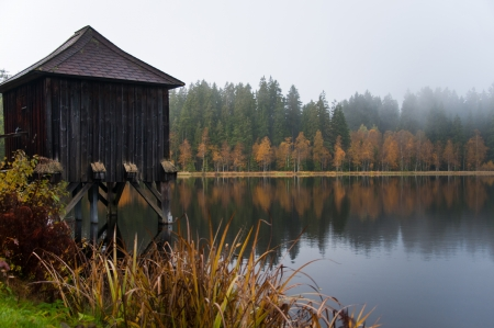 fishing hut: fishing hut on the lake - foggy atmosphere in the morning in autumn Stock Photo