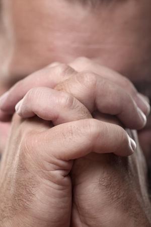 manos orando: Ore. Las manos unidas en oración.