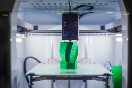 Máquina de impresora 3D tridimensional automática que imprime el modelo de plástico en la exposición de tecnología moderna. Impresión 3D, tecnologías aditivas, revolución industrial 4.0 y concepto futurista Foto de archivo