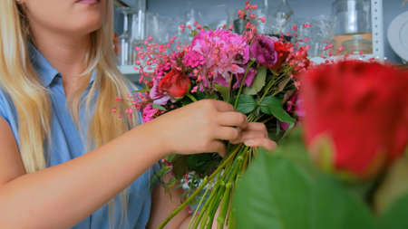 Professional woman floral artist, florist making beautiful wedding bouquet at workshop, flower shop. Close up shot. Floristry, handmade and small business concept Stockfoto