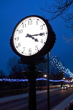 iluminated: Un reloj iluminados por la noche en la calle