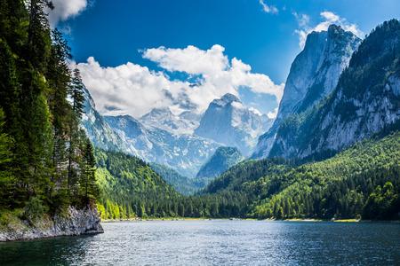 オーストリアのアルプスの高い山の美しい湖