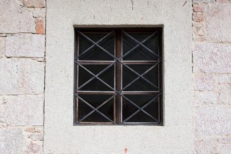 rejas de hierro: Viejo destruy� ventanas con barras de hierro antiguas Foto de archivo