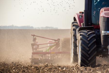 De harvester trekker werken op het veld Stockfoto