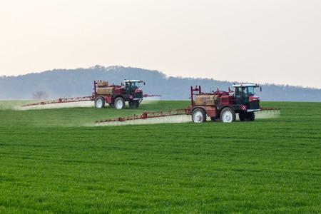 Spuitmachine werken op het groene veld