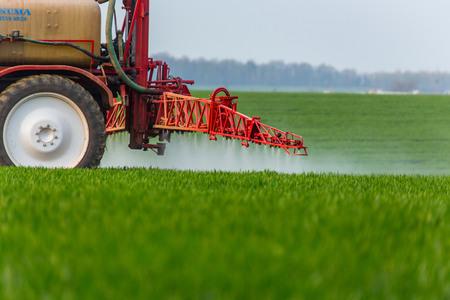 緑のフィールドでの作業噴霧機