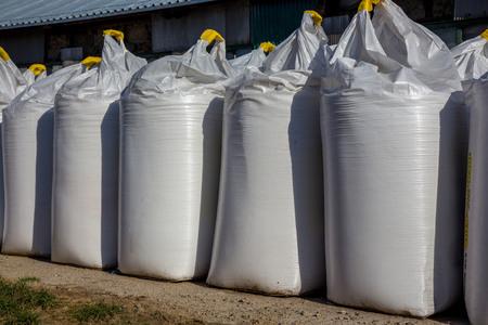 連続で多くの大きな白い袋