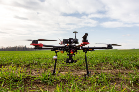 drones: Il piccolo hexcopter dron sorvolano il campo Archivio Fotografico