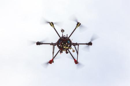 De kleine Dron hexcopter vliegt over het veld Stockfoto