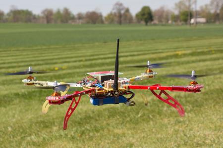 De quadrocopter vliegend over het groene veld