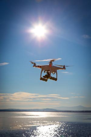 Moderne drone kijken naar de prachtige zonsondergang