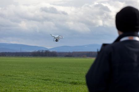 Een persoon regelen van de vlucht van de kleine drone