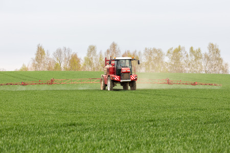 Spraying the herbicides on the green field Standard-Bild