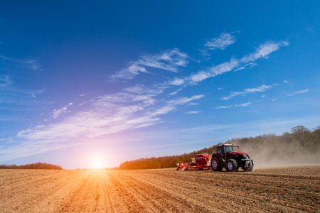 agricultura: Siembra y labranza acci�n en la temporada de primavera Foto de archivo