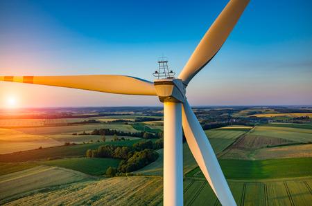molino: Hermosa puesta de sol sobre los molinos de viento en el campo
