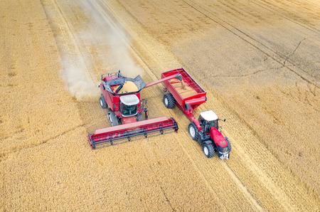 コンバインやトラクター大規模小麦畑に取り組んでの空中写真 写真素材