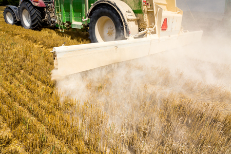 La acción caling en el gran campo de trigo Foto de archivo - 45626037