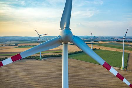 Luchtfoto van de windmolens op het veld
