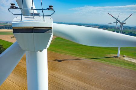 Luftaufnahme über die Windmühlen auf dem Feld Standard-Bild - 46522101