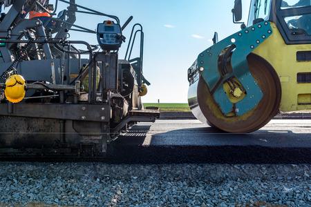 ロード ローラーの新しいアスファルトの道路を構築