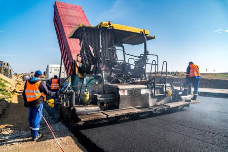 Walzen bouw van de nieuwe asfaltweg