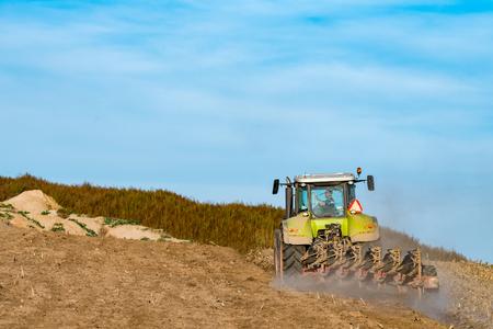 siembra: Siembra y el arado de acción en la temporada de otoño