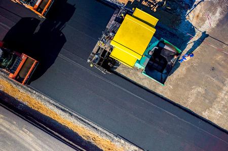 新しいアスファルトの道路建設中の空中写真 写真素材