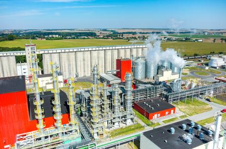 Vista aérea de la fábrica de biocombustible moderna Foto de archivo - 50490186