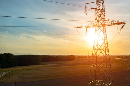 Prachtige zonsondergang over de powerlines op het veld