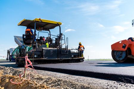 Große Aussicht auf den Rollen Straße an der neuen Straße Baustelle arbeiten