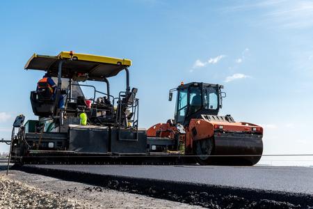 Grote uitzicht op de weg rollen werken aan de nieuwe weg bouwplaats