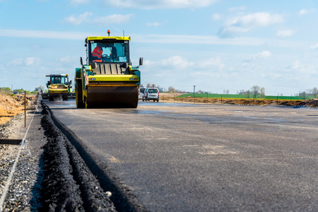 Large view on the road rollers working on the new road construction site Stockfoto