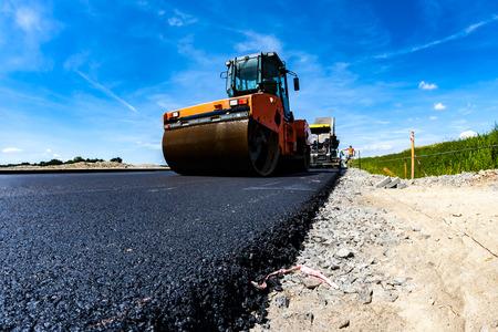 Cerrar vista sobre el funcionamiento del rodillo de camino en el nuevo sitio de construcción de carreteras