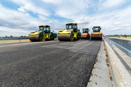 新規の道路建設現場で働いてロード ローラーで表示を閉じる